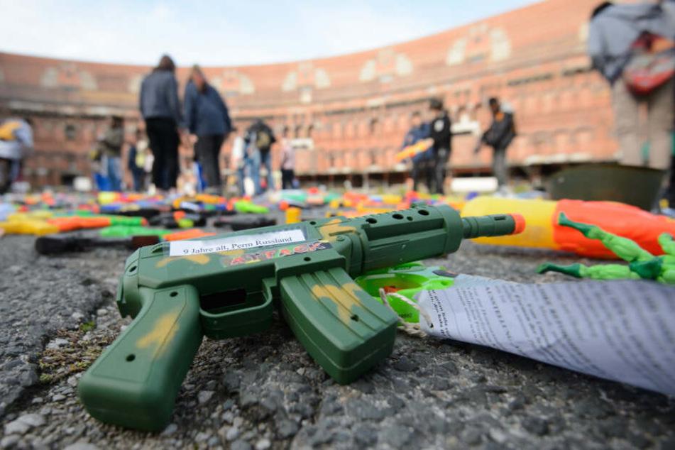 """Ein 9-jähriges Kind (Name verpixelt) aus Russland hat seine Plastikpistole für das Projekt """"gespendet""""."""