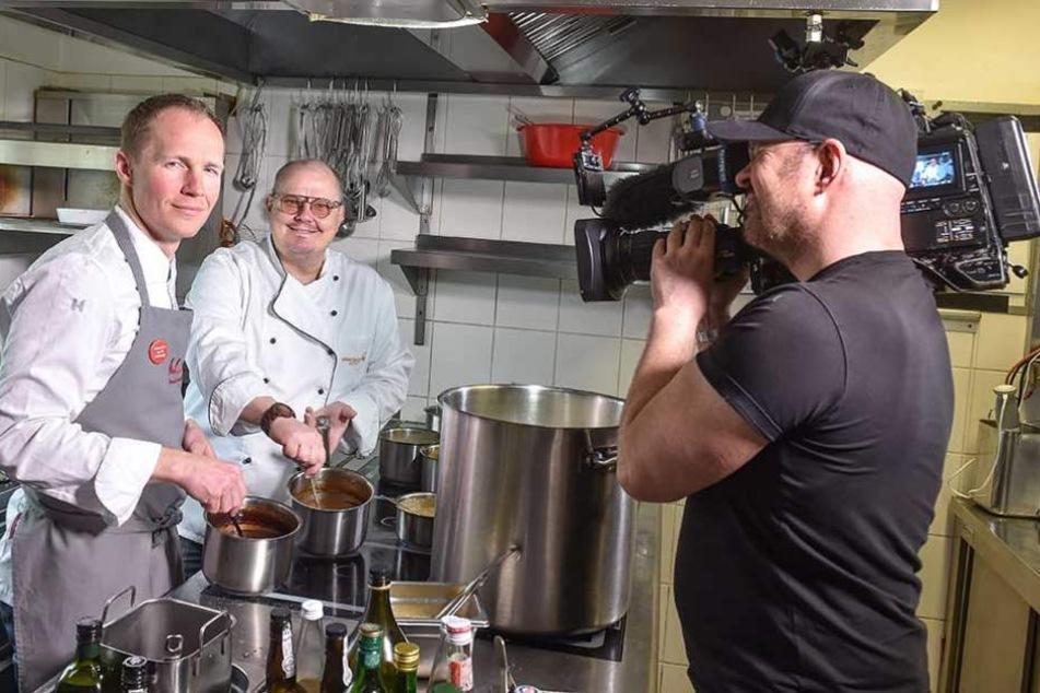 """Kameramann Andreas von der Wall filmt TV-Koch Achim Müller (53) und Olaf Kranz (38, l.) in der Küche vom """"Schmidt´s""""."""