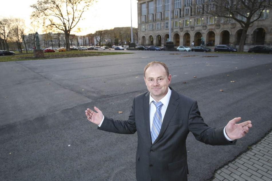 Bahn frei, Kartoffelbrei! CDU-Stadtrat Gunter Thiele an einem der Parkplätze direkt vor dem Rathaus.
