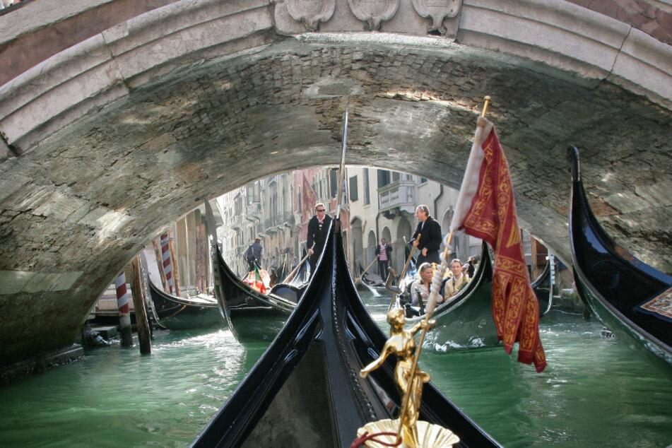 Ein gewohntes Bild aus Venedig. Gondeln über Gondeln und noch mehr Touristen.
