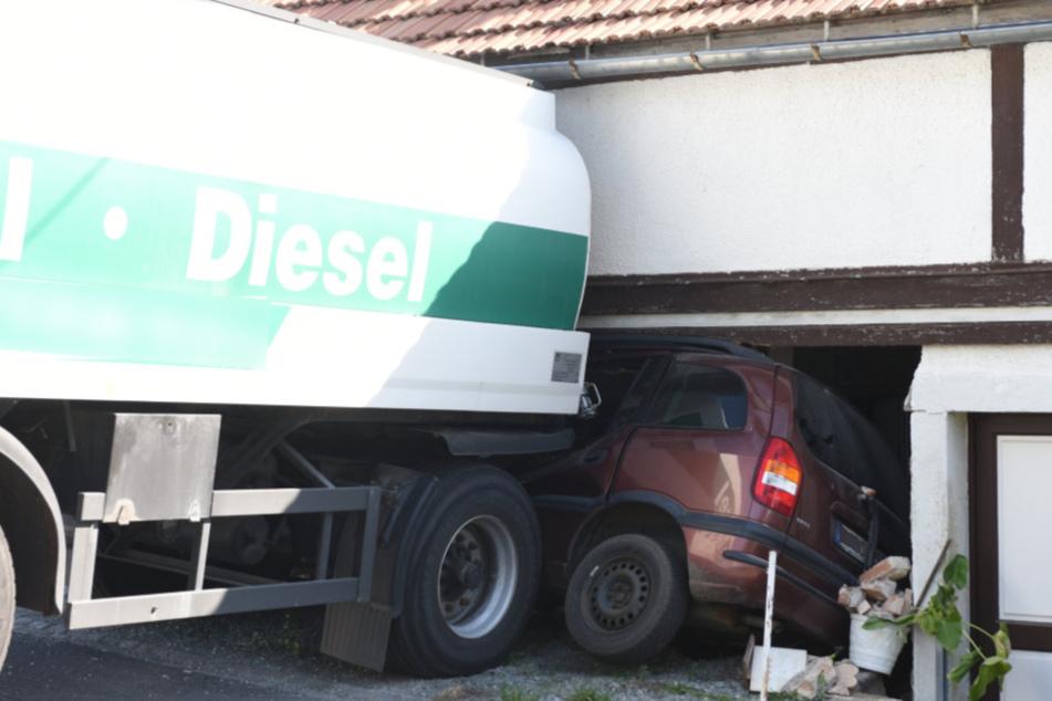 Der Tanker schob den Wagen unter eine nahegelegene Hauswand.