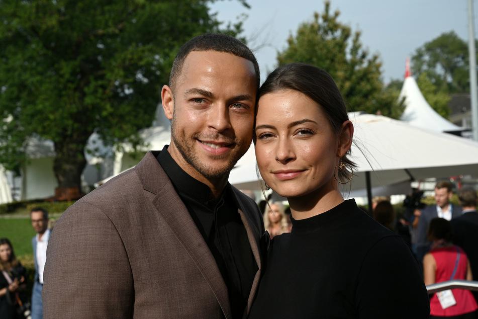 Bachelor Andrej Mangold und Jennifer Lange strahlen vor Glück (Foto: Henning Kaiser/dpa).