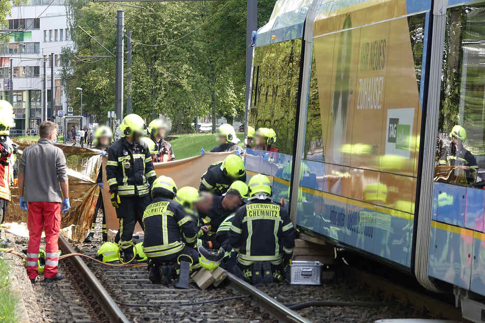 Die Frau wurde unter der Straßenbahn eingeklemmt. Einsatzkräfte der Feuerwehr mussten die Bahn anheben, um die 47-Jährige zu befreien.