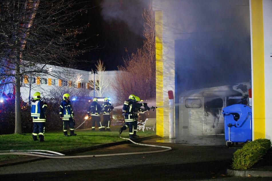Die Feuerwehr rückte mit 65 Einsatzkräften zu dem Feuer aus.