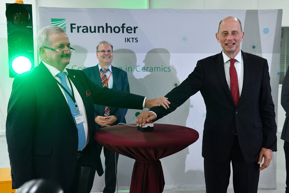 Reimund Neugebauer (v.l.), Präsident der Fraunhofer-Gesellschaft, Alexander Michaelis, Institutsleiter des Fraunhofer IKTS, und Wolfgang Tiefensee (SPD), Wirtschafts- und Wissenschaftsminister von Thüringen, eröffnen gemeinsam das neue Batterie-Innovations- und Technologie-Center.