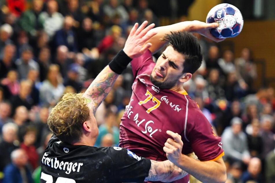 16 Tore erzielte Savvas Savvas am 5. November 2017 in der BallsportARENA für Hildesheim. Am heutigen Mittwoch wollen ihn Henning Quade (l.) und sein HCE ausbremsen.