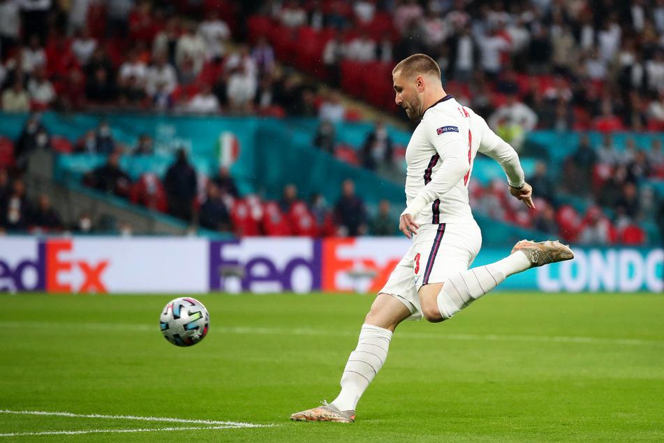 Die Führung: Luke Shaw zieht ab und trifft zum 1:0 für England.