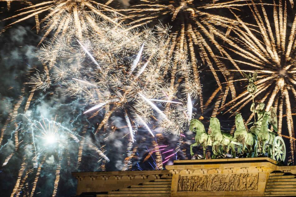 Während der Silvesterparty wird am Brandenburger Tor das offizielle Feuerwerk gezündet. (Archivbild)