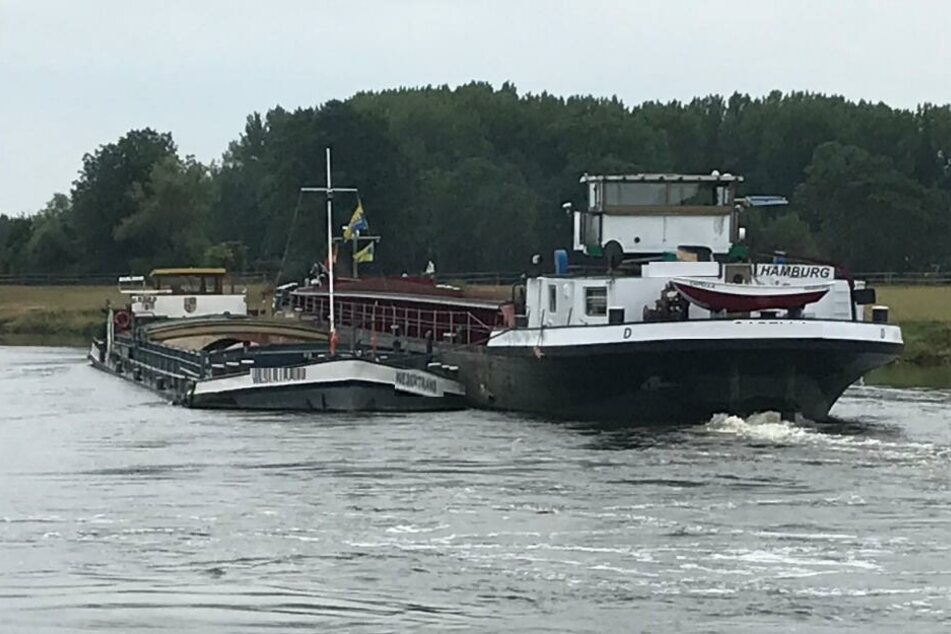Weser gesperrt: Schiff kracht gegen Uferböschung und stellt sich quer