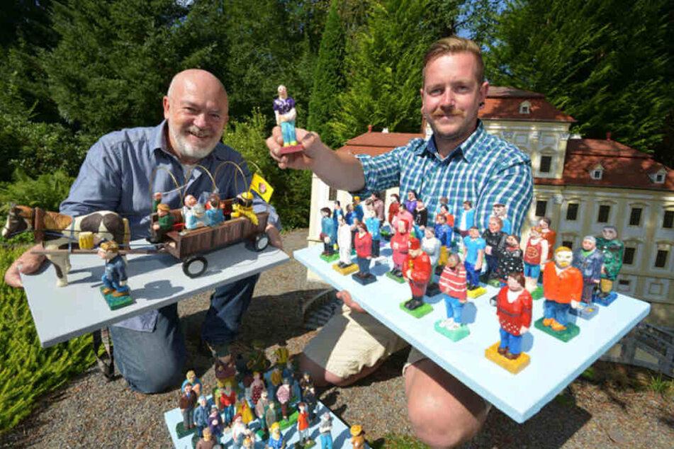 Horst (67) und Stephan Drichelt (32, v.l.) vom Klein-Erzgebirge freuen sich über 127 neue Figuren für den Miniaturpark. Diese wurden von der Volkskunstschule  Oederan übergeben.
