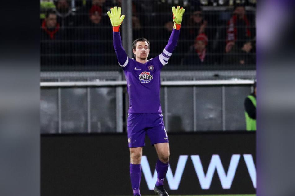 Hände hoch! Aues Kapitän Martin Männel fühlt sich von denen neuen Regeln in seinem Torhüterspiel eingeschränkt und fordert von den Schiedsrichtern mehr Fingerspitzengefühl.
