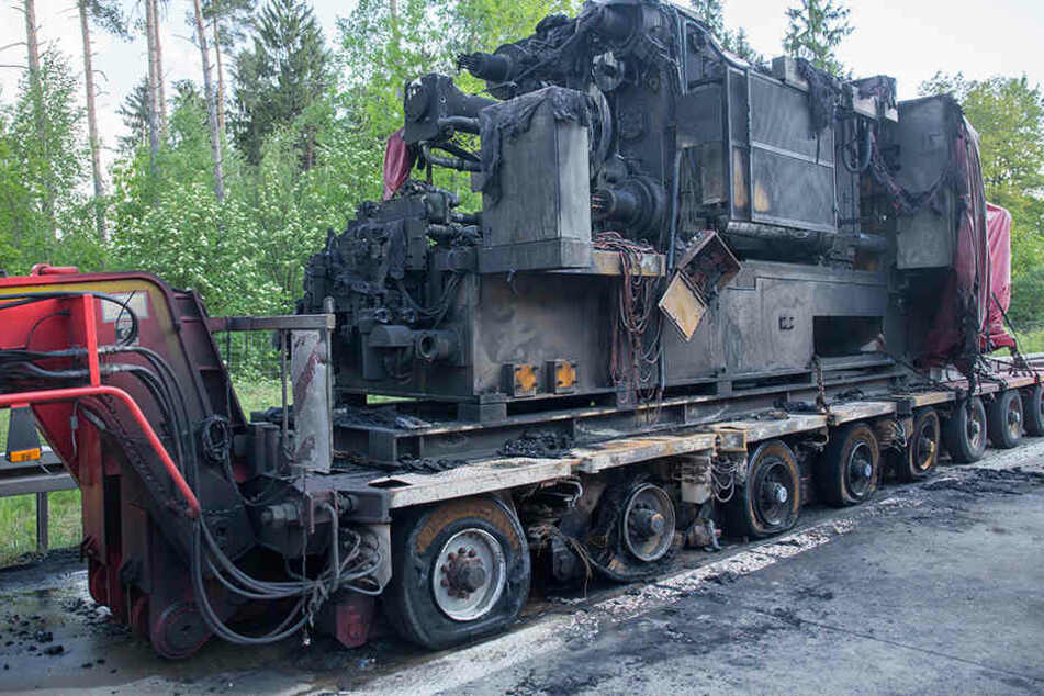 Ein brennender Lkw sorgt für Verkehrsbehinderungen auf der Autobahn.