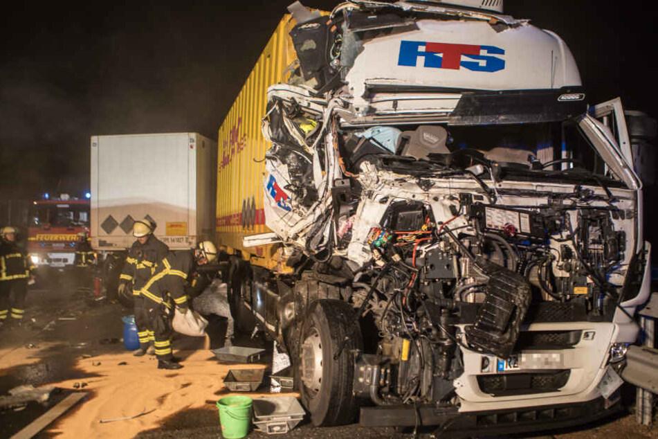 Die Front des Lastwagens wurde bei dem Aufprall komplett zerstört.