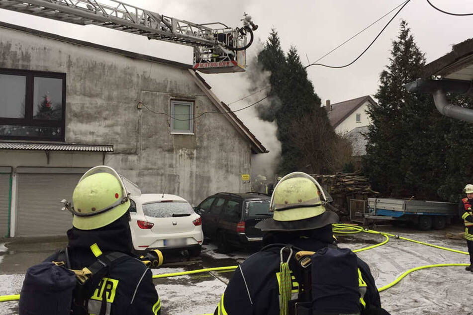 Die Feuerwehr Bielefeld ist derzeit noch am Löschen.