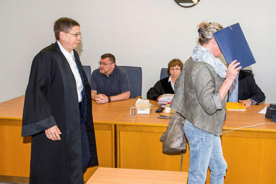 Möchte nicht erkannt werden: Mit Aktenordner vorm Gesicht betritt Heilerziehungspflegerin Beatrice R. (47) den Gerichtssaal.