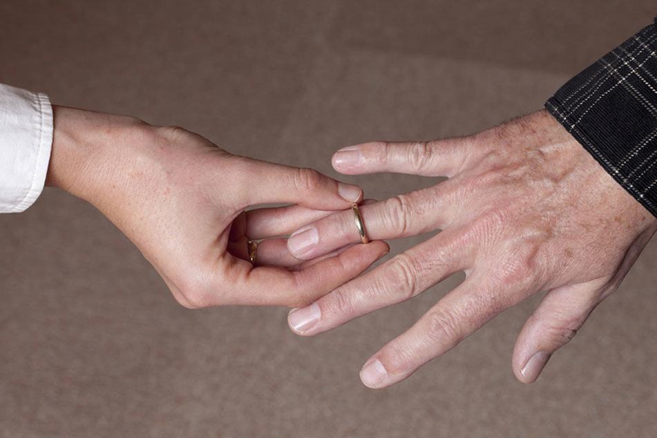 So leicht wie der Ring auf den Finger gekommen ist, ging er nicht mehr ab. (Symbolbild)