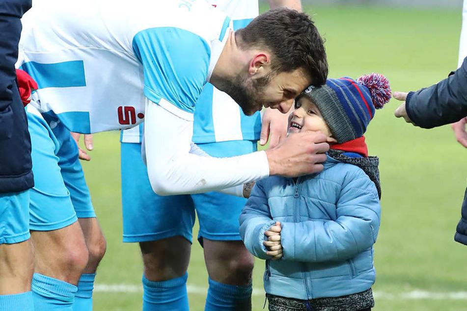 Milo-Luiz darf sich freuen. Der drei Jahre alte Sohn von CFC-Torjäger Dejan Bozic (l.) darf zwei Mal Weihnachten feiern.