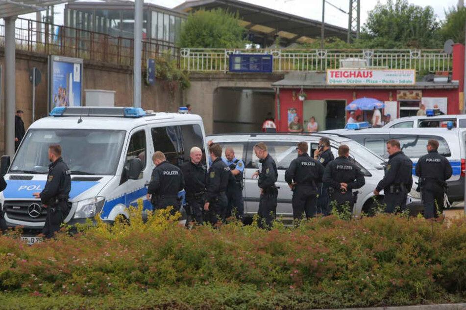 Zahlreiche Polizisten waren vor Ort, um mögliche Ausschreitungen zu unterbinden.