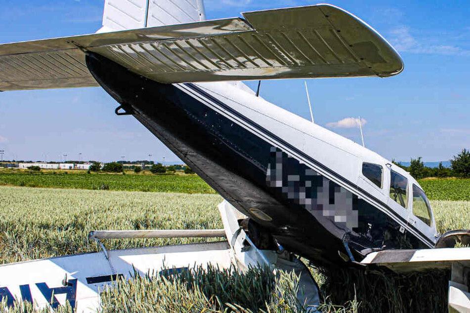 Flugzeug kracht kurz nach Start in Weizenfeld