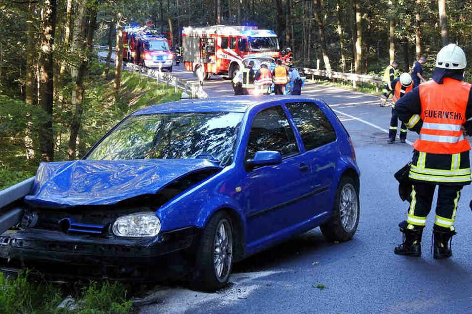 Glück im Unglück hatte der Fahrer des VW Golf: Er konnte sich nach dem Crash unverletzt aus dem Autowrack befreien.