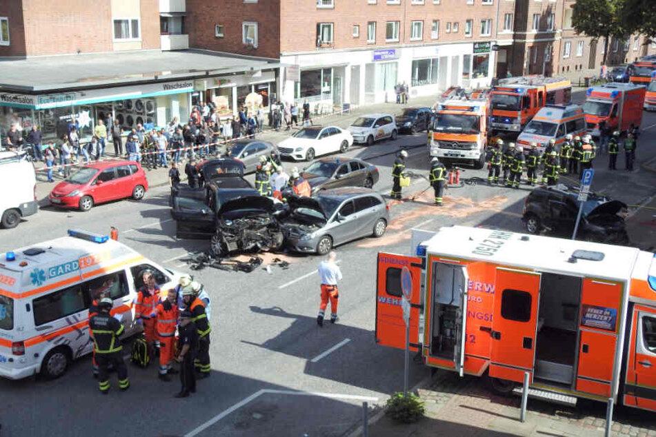 Zahlreiche Rettungswagen und Feuerwehrleute sind bei dem Unfall im Einsatz.