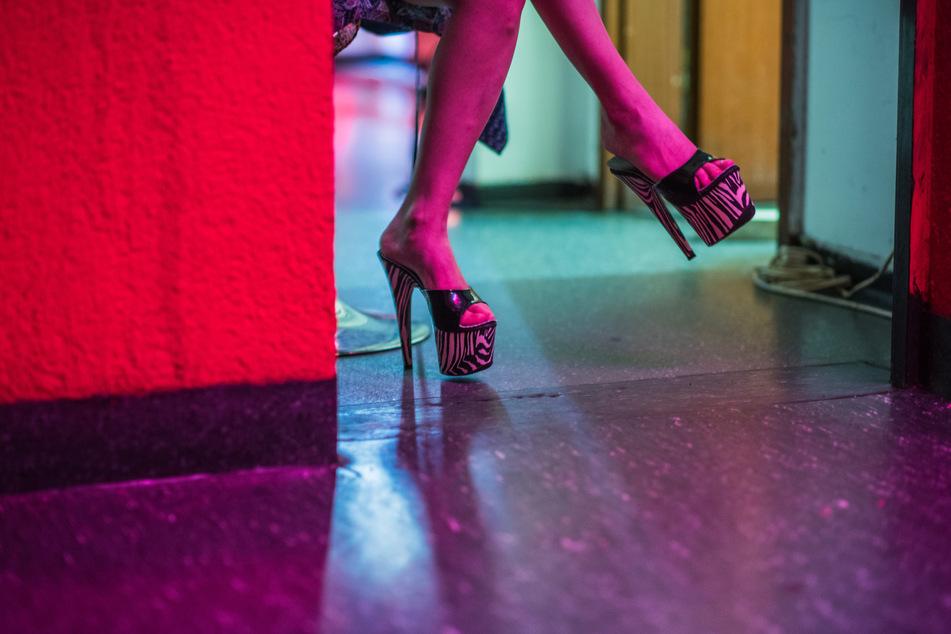 Eine Prostituierte wartet in einem Bordell auf Kundschaft.