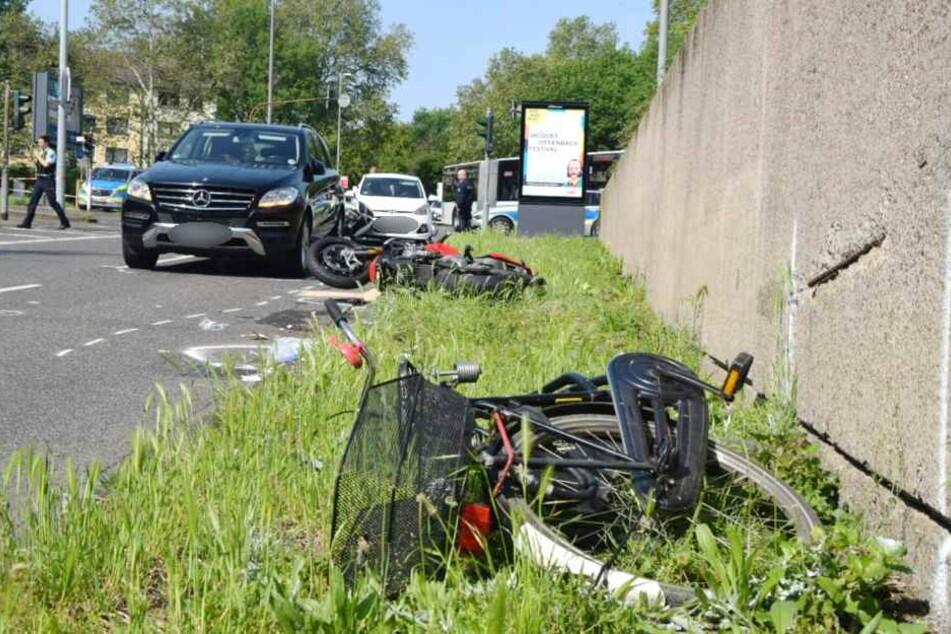 Zunächst waren eine Radfahrerin und eine Motorradfahrerin kollidiert.