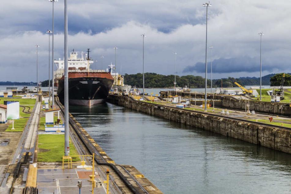 Ein Containerschiff fährt durch das Schleusensystem des Panamakanals. Durch steigende Temperaturen und wenig Regen ist die Schiffbarkeit der Wasserstraße bedroht.