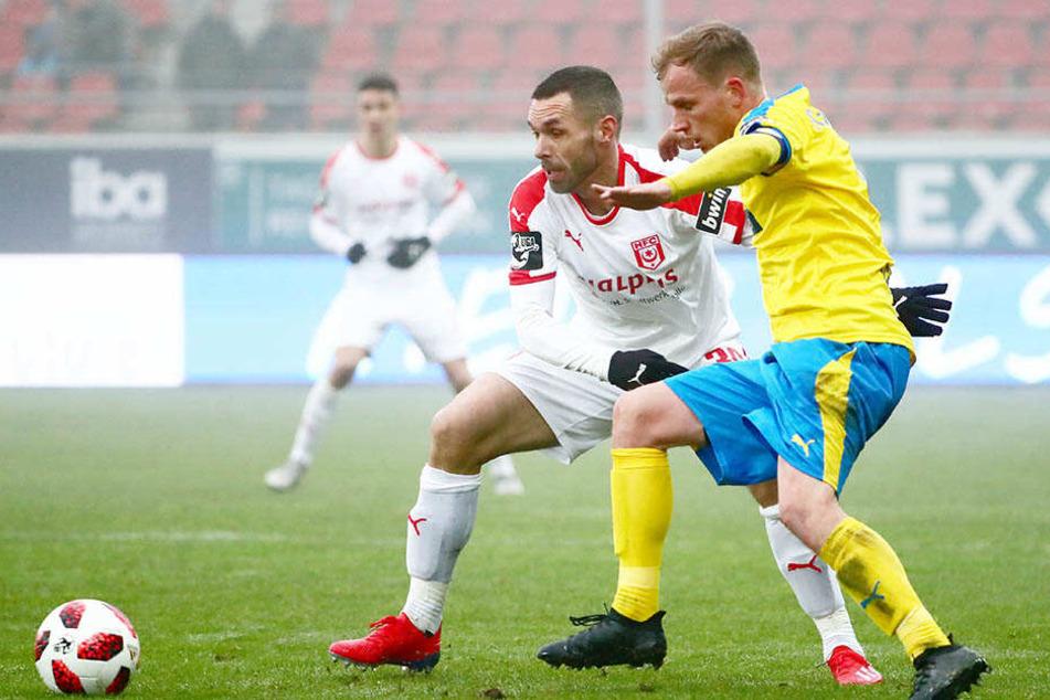 Christian Tiffert (l.), hier gegen René Eckardt vom FC Carl Zeiss Jena, sitzt beim Drittligist Hallescher FC meist auf der Bank.