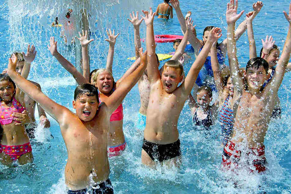 Auch in der kommenden Woche können sich die Kinder in OWL im Freibad abkühlen (Symbolbild).