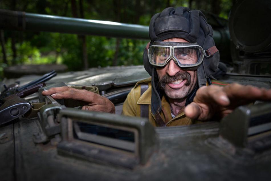"""Alles klar? """"Panzersoldat"""" Uwe Berger (49) meldet sich zum Dienst."""