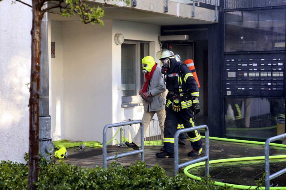 Die Anwohner des Seniorenheimes mussten mit Masken aus dem Gebäude gerettet werden.