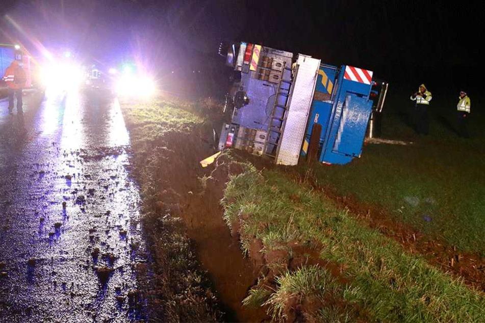 Fahrer verliert Kontrolle, 45-Tonnen-Kran stürzt um! Vollsperrung