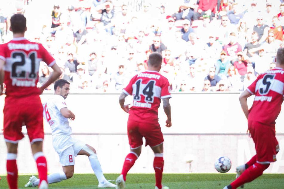 Augsburgs Rani Khedira (in weiß) erzielt das 1:0 (11.) für den FC Augsburg.
