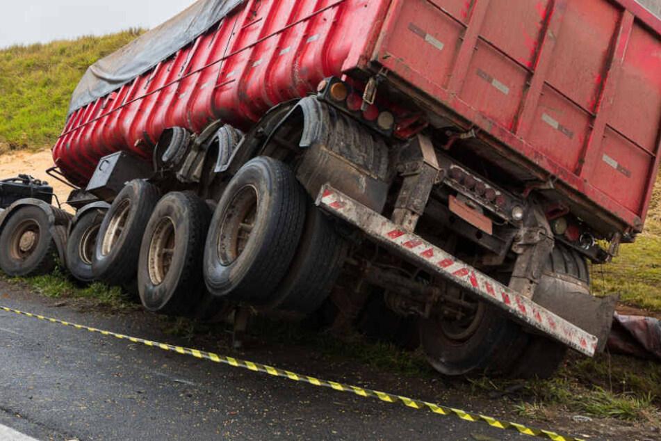 Der Golf-Fahrer wurde mit seinem Fahrzeug noch 500 Meter von dem Lkw mitgeschleift. Beide Wagen kamen auf dem Standstreifen zum Stehen. (Symbolbild)