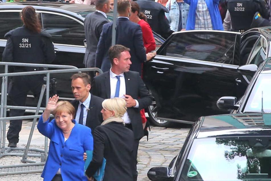Gut bewacht, grüßt Angela Merkel (64, CDU) beim Dresden-Aufenthalt in die Menge.