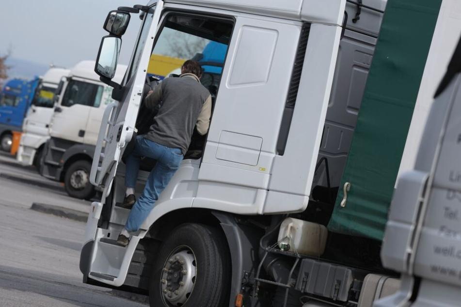 Der Lkw-Fahrer war schon früher auffällig geworden und wurde mit einem Haftbefehl gesucht. (Symbolbild)