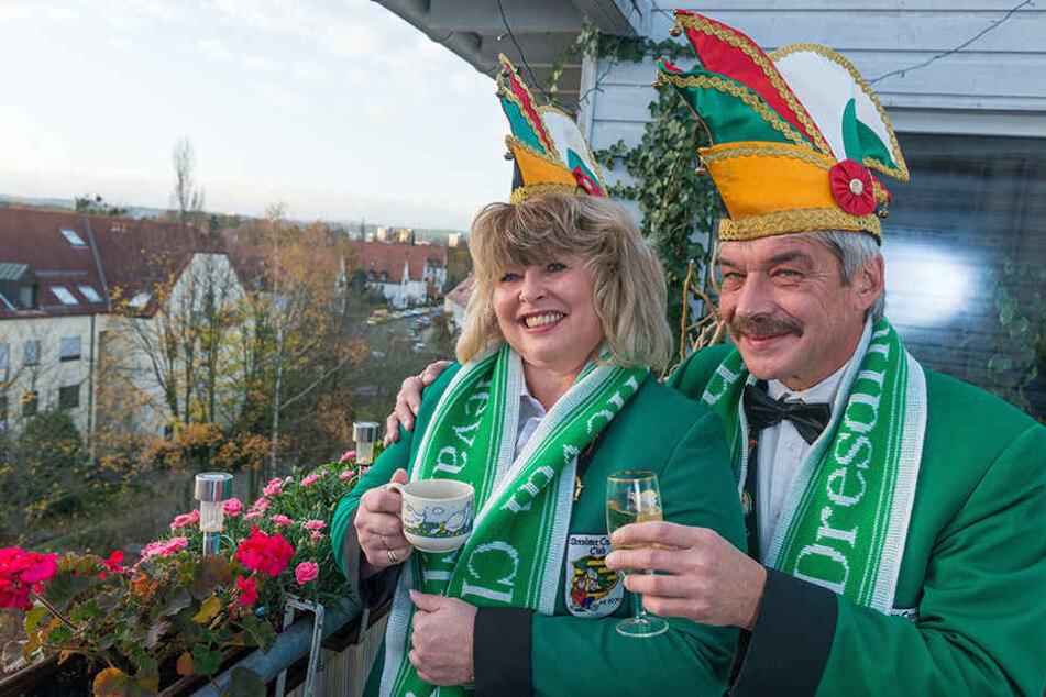 Vorfreude! Uwe Henkel und seine Frau Ute gönnten sich gestern kurz vor 8 Uhr eine Muße-Minute mit Kaffee und Sekt. Danach ging es ab zum Rathaus.