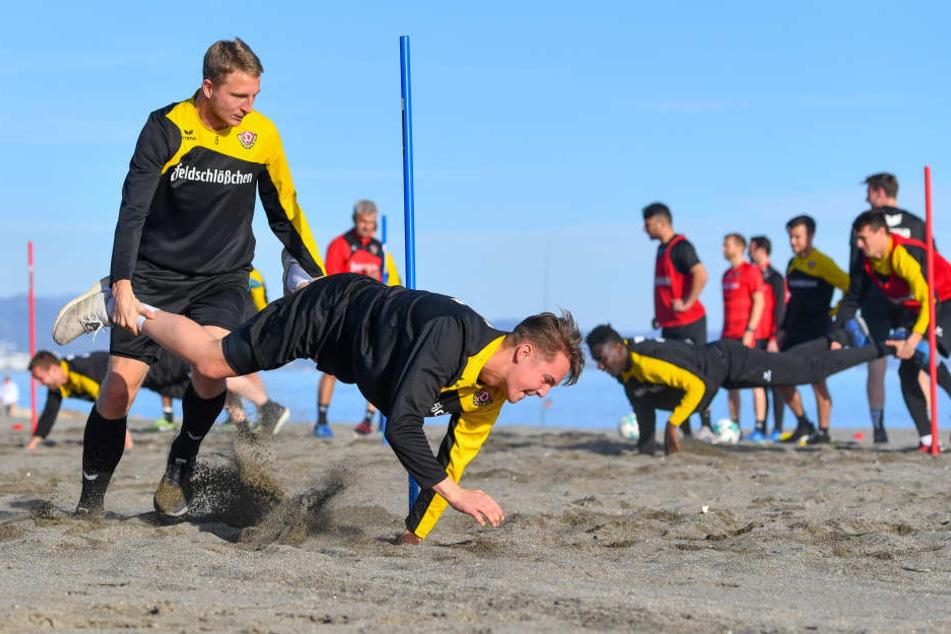 Die gute alte Schubkarre gibt's auch bei den Dynamos! Marco Hartmann (l.) schiebt Torhüter Mika Schneider.