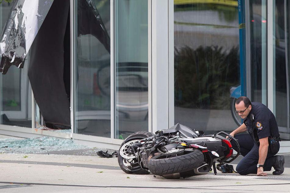Ein Polizist untersucht das Motorrad einer Stuntfrau. Sie starb nach einem Unfall am Set.