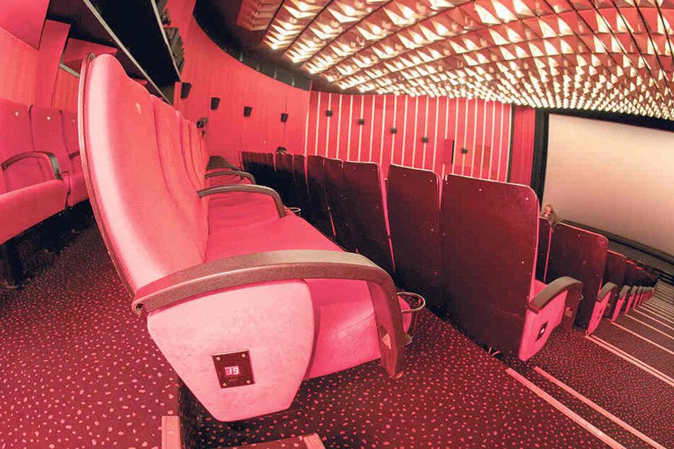 Weil der große Saal neue Sitze bekommt, werden die 900 roten Kinosessel  verkauft.