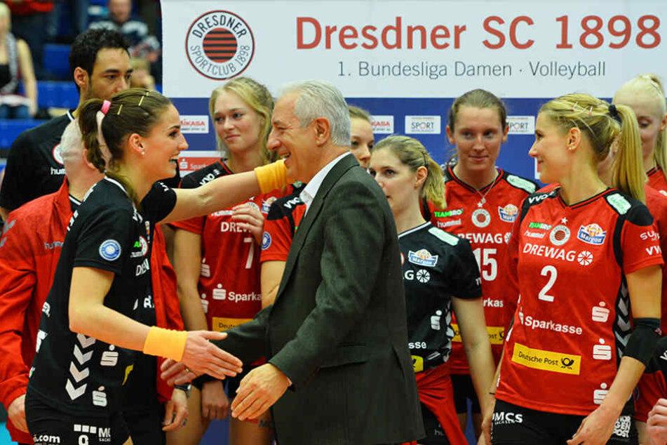 Sachsens Ministerpräsident Stanislaw Tillich gratulierte den DSC-Schmetterlingen zum Sieg.