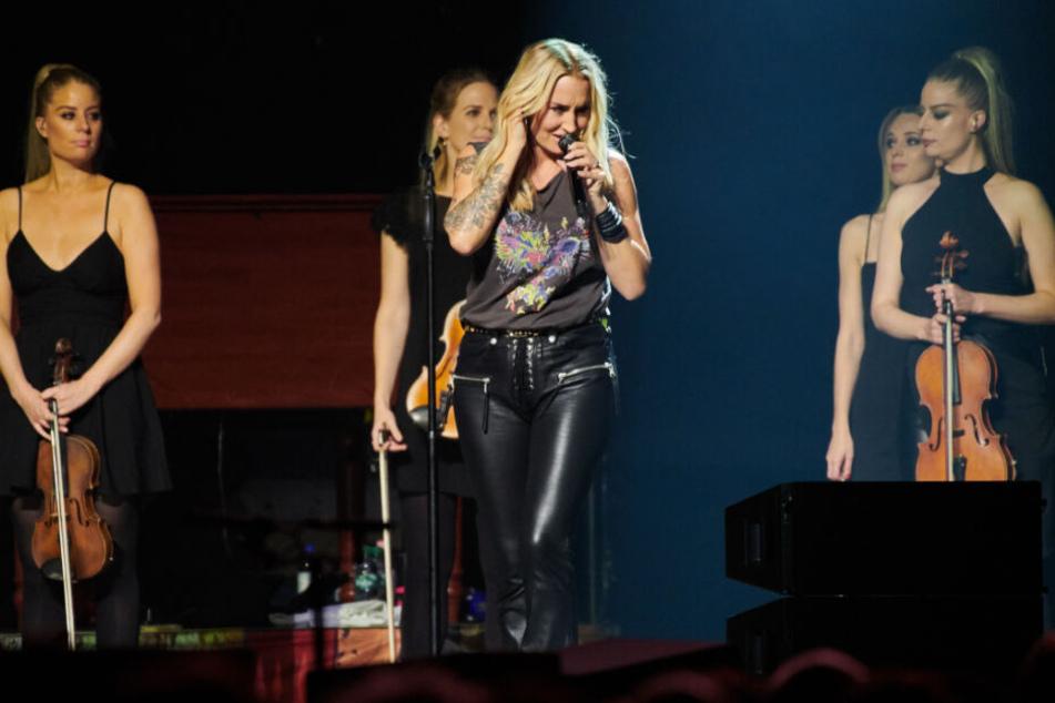 Sarah Connor steht mit ihren Musikerinnen auf der Bühne in der Berliner Mercedes Benz Arena.