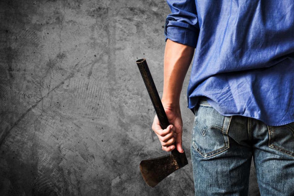Im Streit soll ein Mann in Oberbayern mit einem Beil zugeschlagen haben. (Symbolbild)