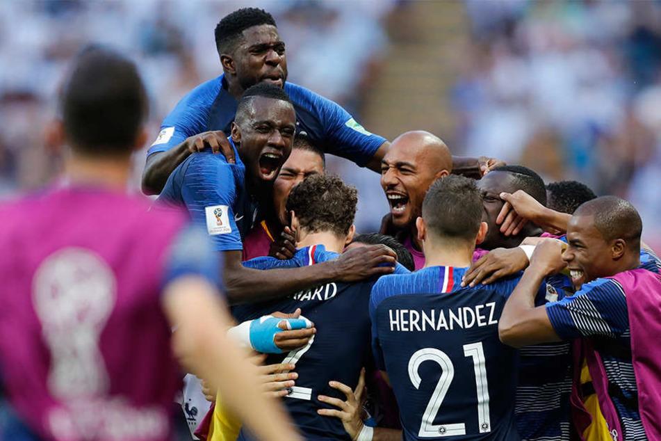 Die Franzosen bejubeln den Treffer zum 2:2 gegen Serbien.