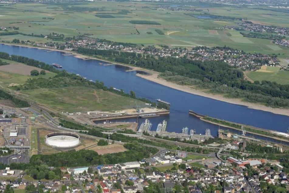 Der Godorfer Hafen aus der Luft. Die Sürther Aue kann bei einem Ausbau-Stopp erhalten bleiben.