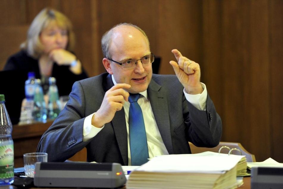 """Ganz  dünnes Eis: Finanzbürgermeister Sven Schulze (44, SPD, F.u.) schlägt Alarm,  spricht von einem """"erheblichen Haushaltsrisiko""""."""