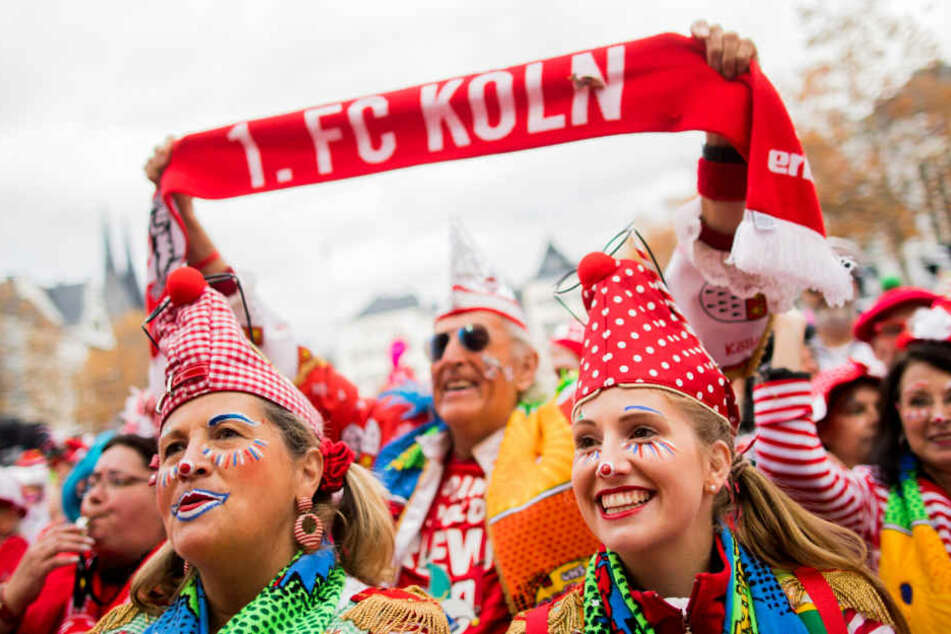 Rot-weiß geht in Köln natürlich immer als Farbe für Kostüme.