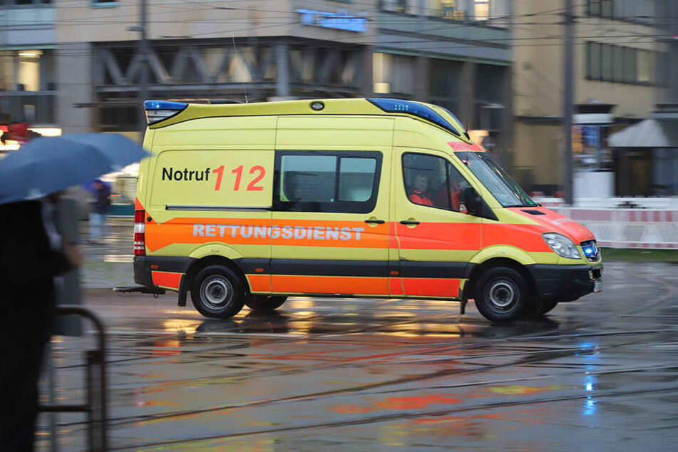 Ein Autofahrer hatte das Fahrzeug der Rettungskräfte in Plauen übersehen. (Symbolbild)