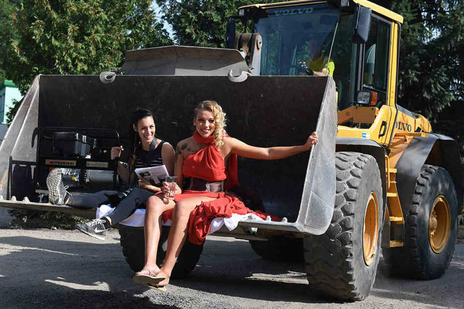 Abgefahren! Fotografin Amelie Jehmlich und Katharina Schwabe rollen im  Radlader zur Foto-Location.